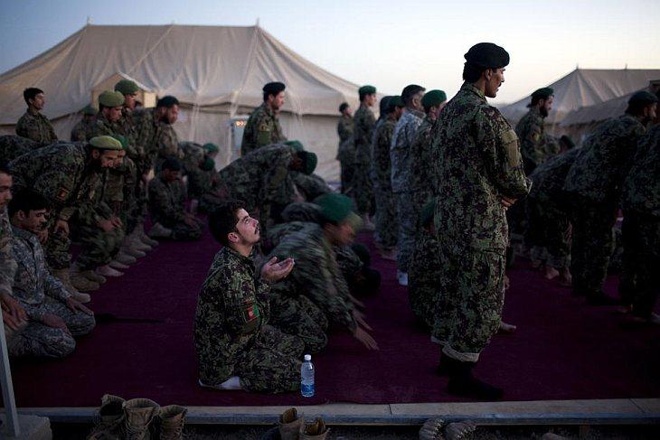 Афганские солдаты молятся на закате