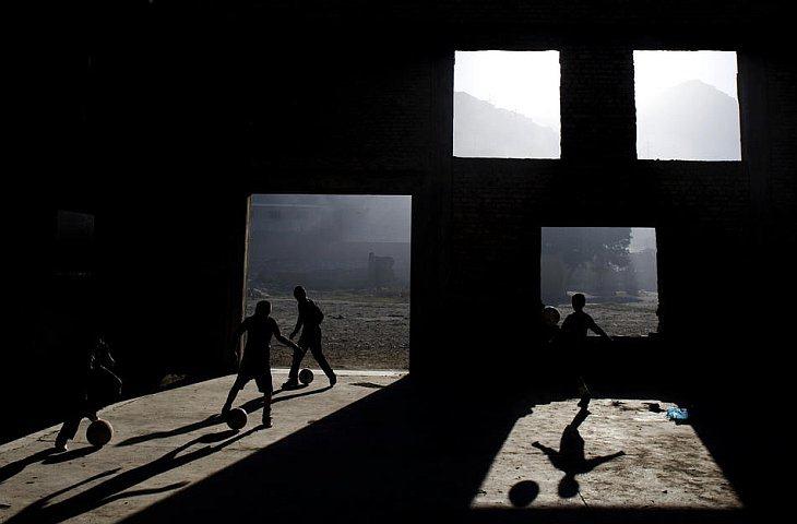 Афганские дети играют в футбол